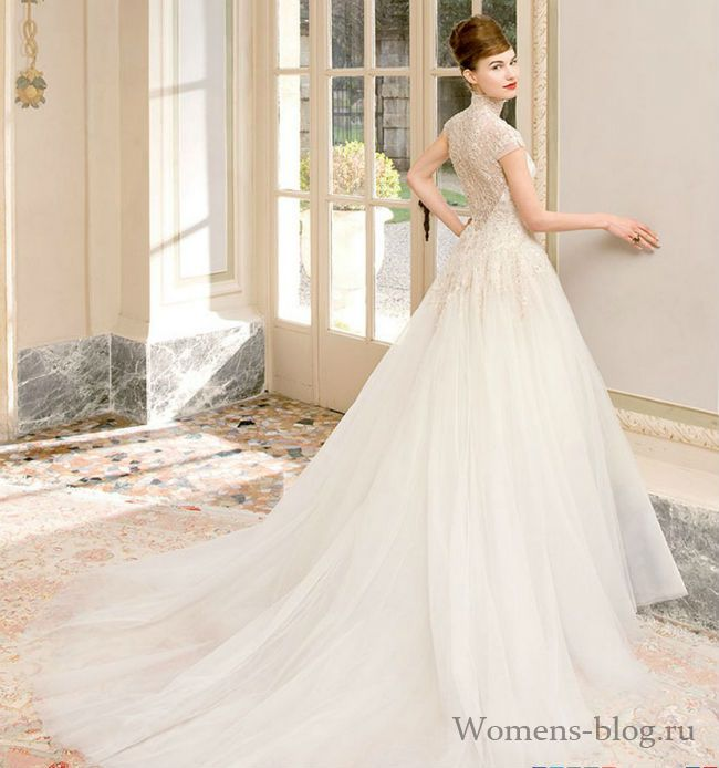 Основным трендом украшения свадебного платья становится кружево. Невесомое, прозрачное и воздушное оно становится главным